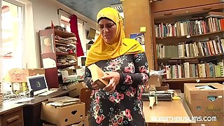 Bookstore owner fucks a expropriate muslim milf