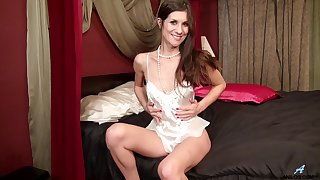 Video of amateur cougar Leah Harris having some dirty fun