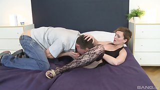 Hot mature sure feels hot to trot with such unchanging inches down her cunt
